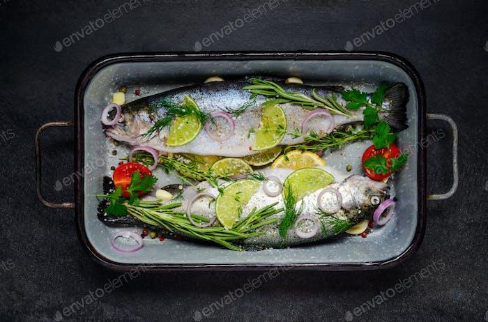 Fisch gewürzt mit Gewürzen und Kräutern