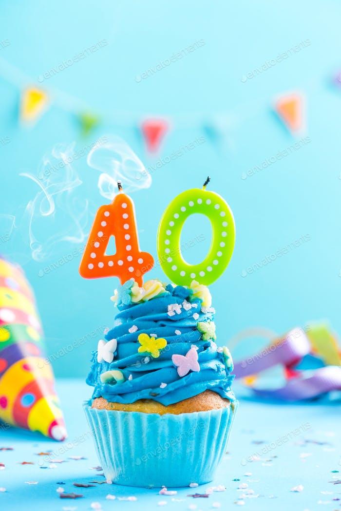 Cupcake zum 40. Geburtstag mit Kerzenausblasen. Kartenmockup.