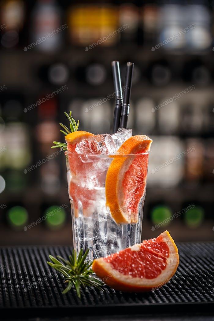 Alkoholischer Cocktail mit Grapefruit