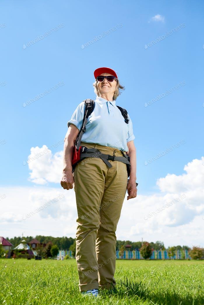 Aktive Senior Frau genießen Wandern Reise