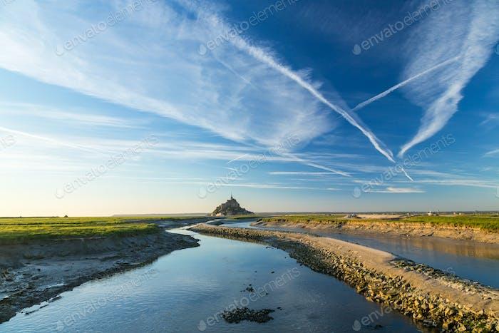 Die historische Zitadelle und Abteikirche von Le Mont Saint Michel in der Normandie.