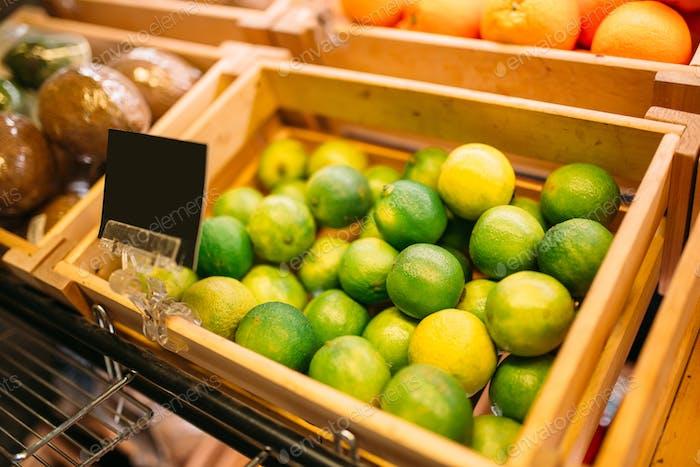 Box mit Früchten auf Stand im Lebensmittelgeschäft, niemand