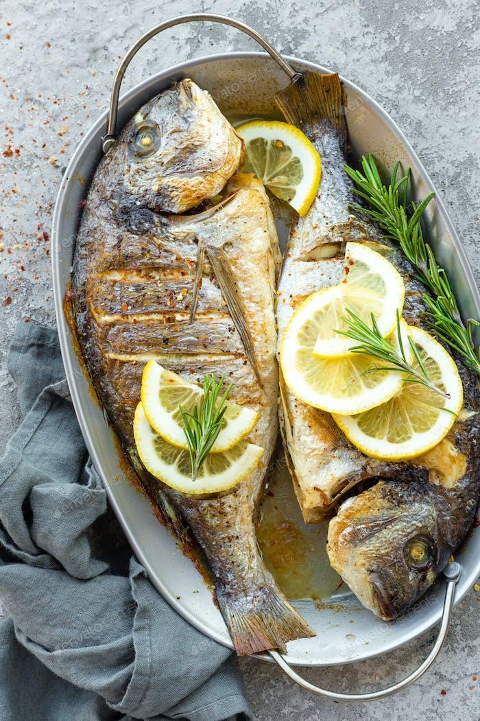 Gebackener Fisch Dorado. Seebrassen oder Dorada Fisch gegrillt