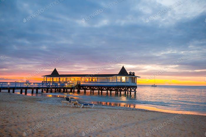 Erstaunlich schöner Sonnenuntergang an einem exotischen Karibikstrand