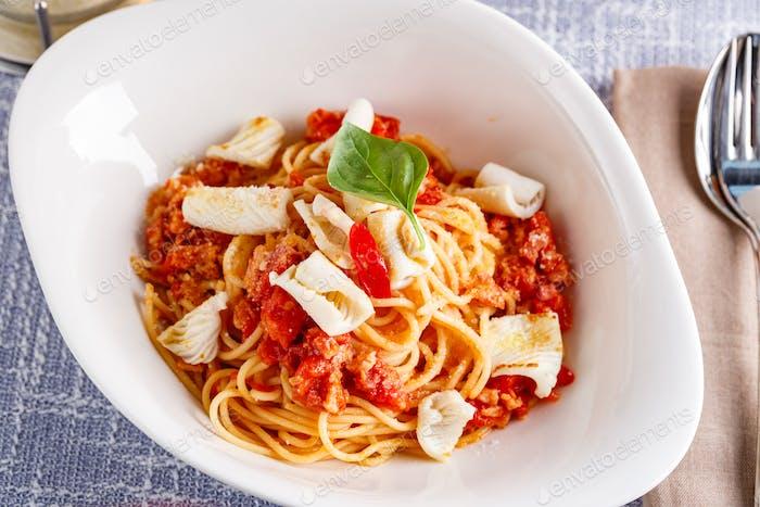 Pasta mit Tintenfisch und Tomaten