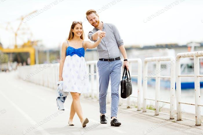 Glückliches paar zu Fuß im freien