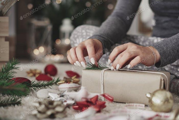 Handwerker dekorieren ein verpacktes Geschenk
