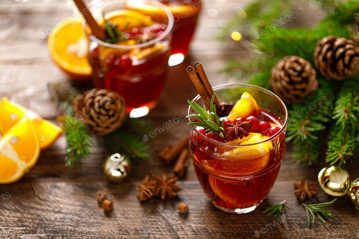 Weihnachtsglühwein Traditionelles festliches Getränk mit Dekorationen und Tanne