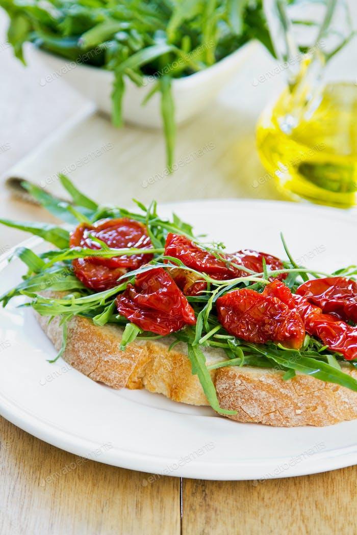 Sonnengetrocknete Tomate mit Rocket Sandwich