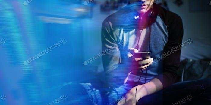 Junger Mann mit seinem Telefon in einem Raum