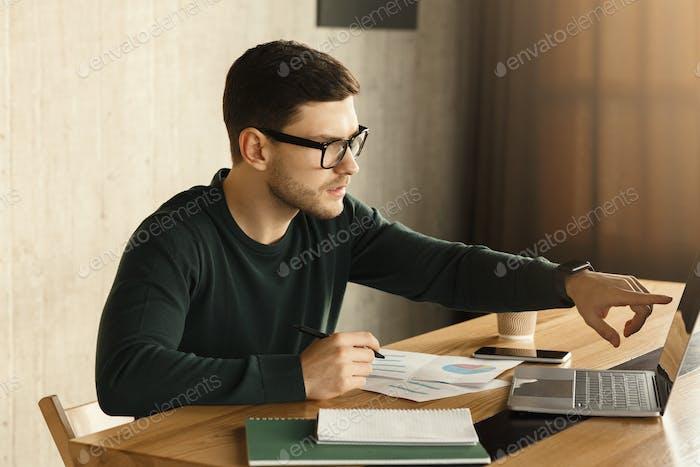 Busy Büro Kerl Arbeiten auf Laptop sitzen iAT Arbeitsplatz