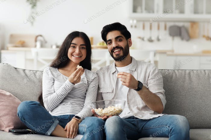 Komödie, lustiger Film, Filmabend zusammen zu Hause und Unterhaltung während der Covid-19-Quarantäne