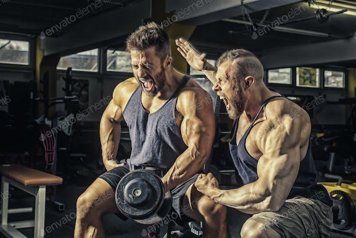 dos hombres en el gimnasio