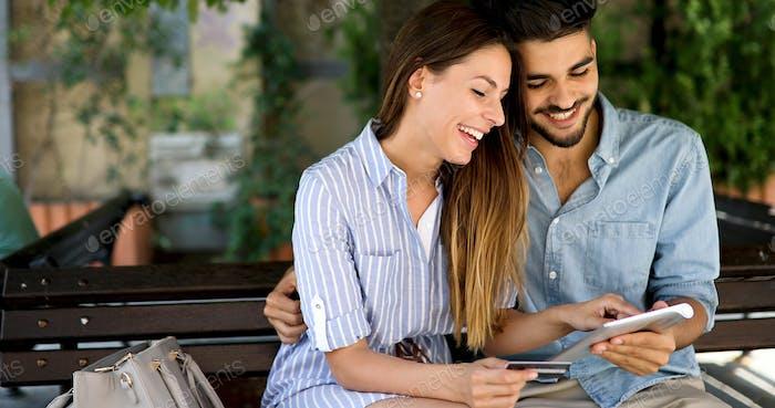 Glückliches Paar beim Einkaufen im Internet