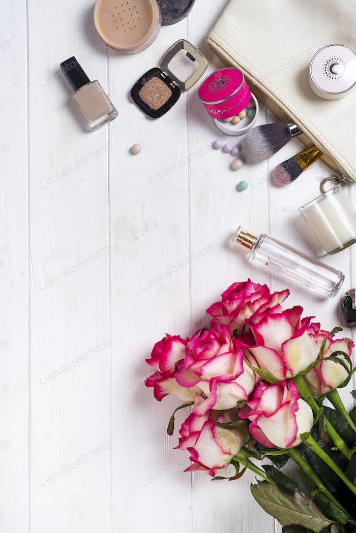 Frauen Kosmetika und Modeartikel auf weißem Holzhintergrund
