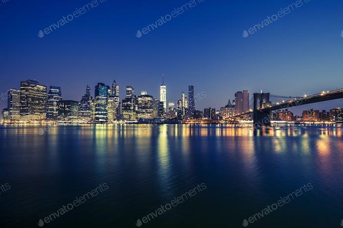 Blick auf Manhattan bei Nacht