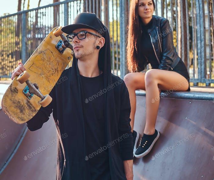 Junges Paar im Skatepark im Sommer