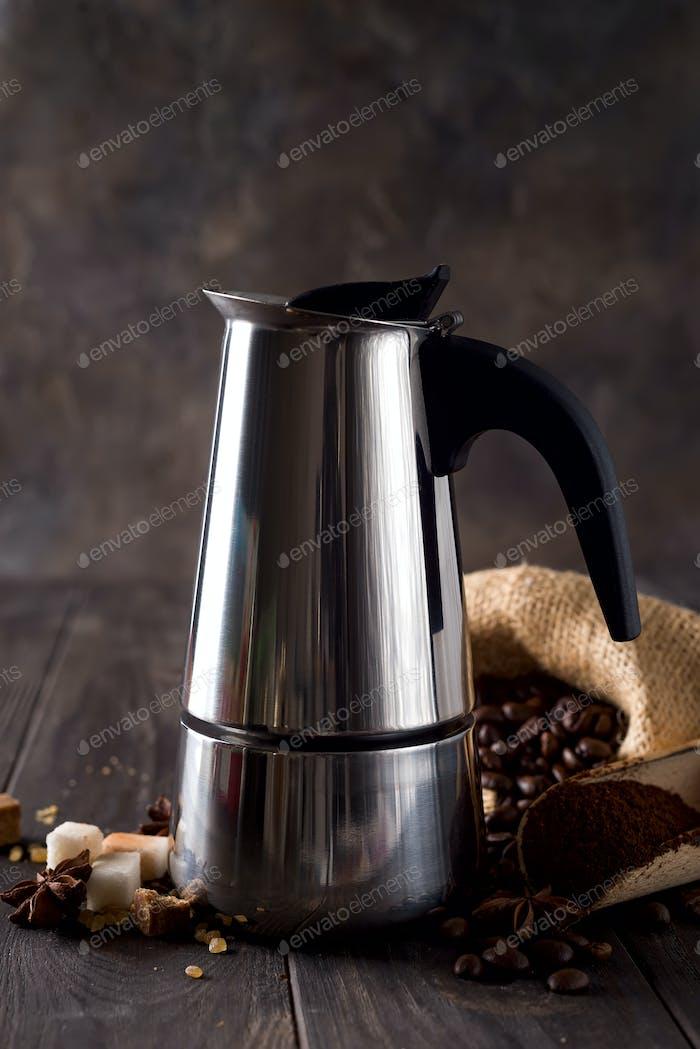 auf dem Hintergrund einer Tüte Kaffee und Zuckerkörner auf einem dunklen Holzhintergrund, Kopierraum