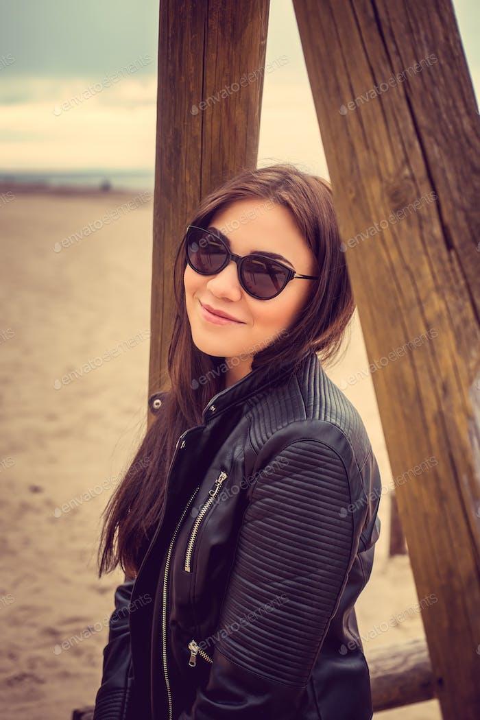 Retrato de mujer en gafas de sol.
