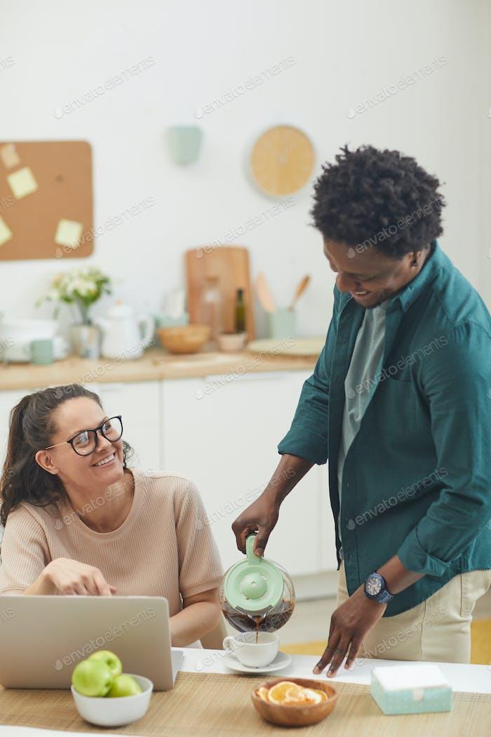 Молодая пара в кухне