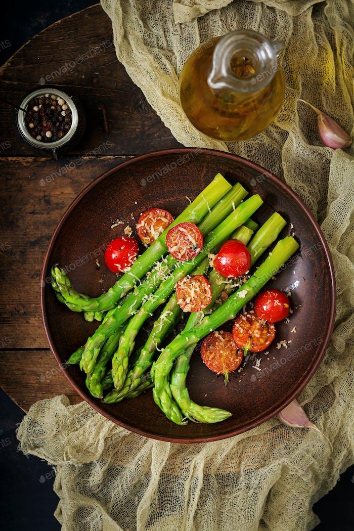 Ensalada vegana caliente de espárragos asados y tomates.