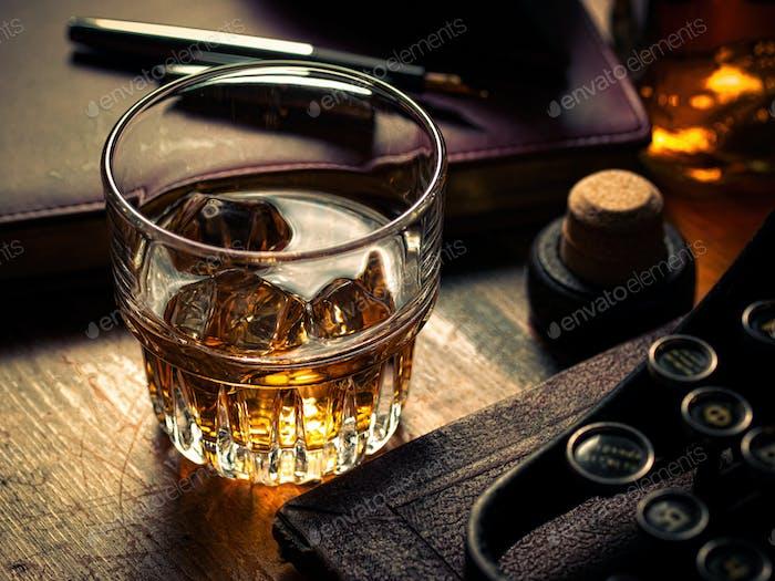 Writer Nacht mit einem Glas Whisky