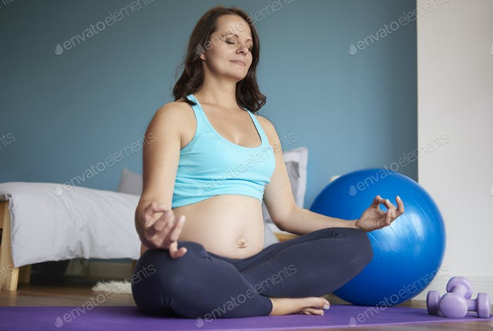 Lotus Position von schwangeren Frauen gemacht