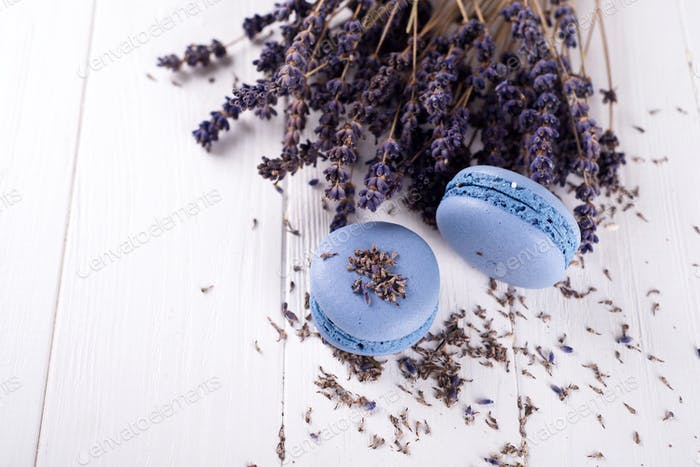 süße Lavendelmakronen