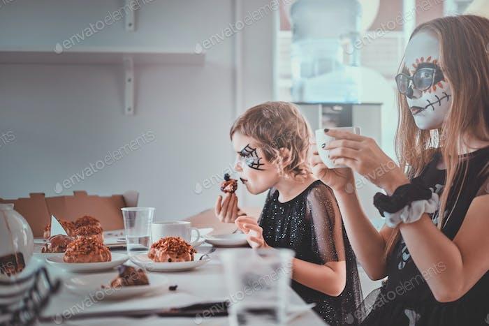 Kinder genießen Home-Party mit Süßigkeiten