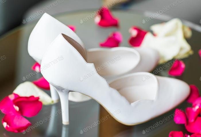 Элегантные белые туфли