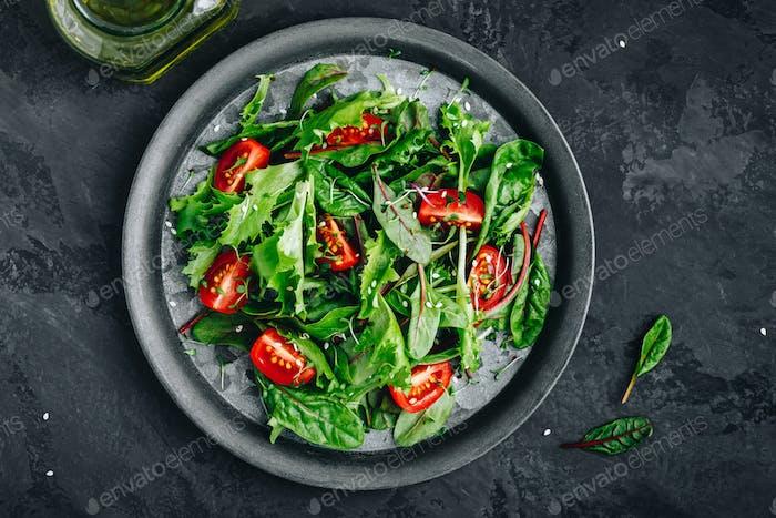 Salatschüssel mit Tomaten-, Mikro- und Sesamsamen