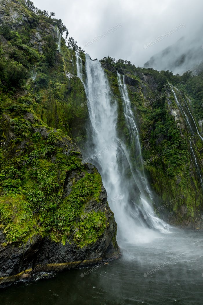 Bewölkt und regnerisch bei Milford Sound, Südinsel, Neuseeland