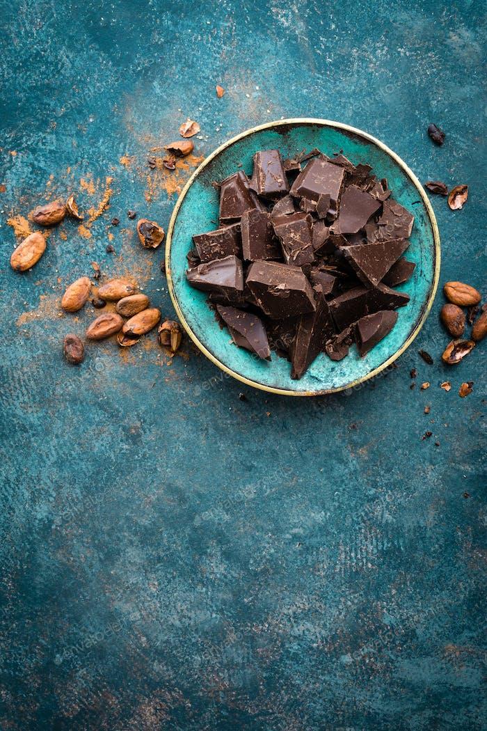Schokolade. Dunkle Bitterschokolade Brocken. Schokoladenhintergrund