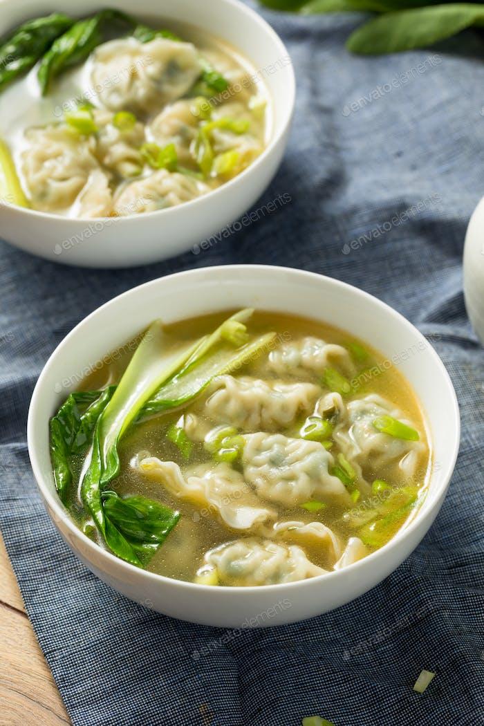 Hausgemachte chinesische Wonton-Suppe