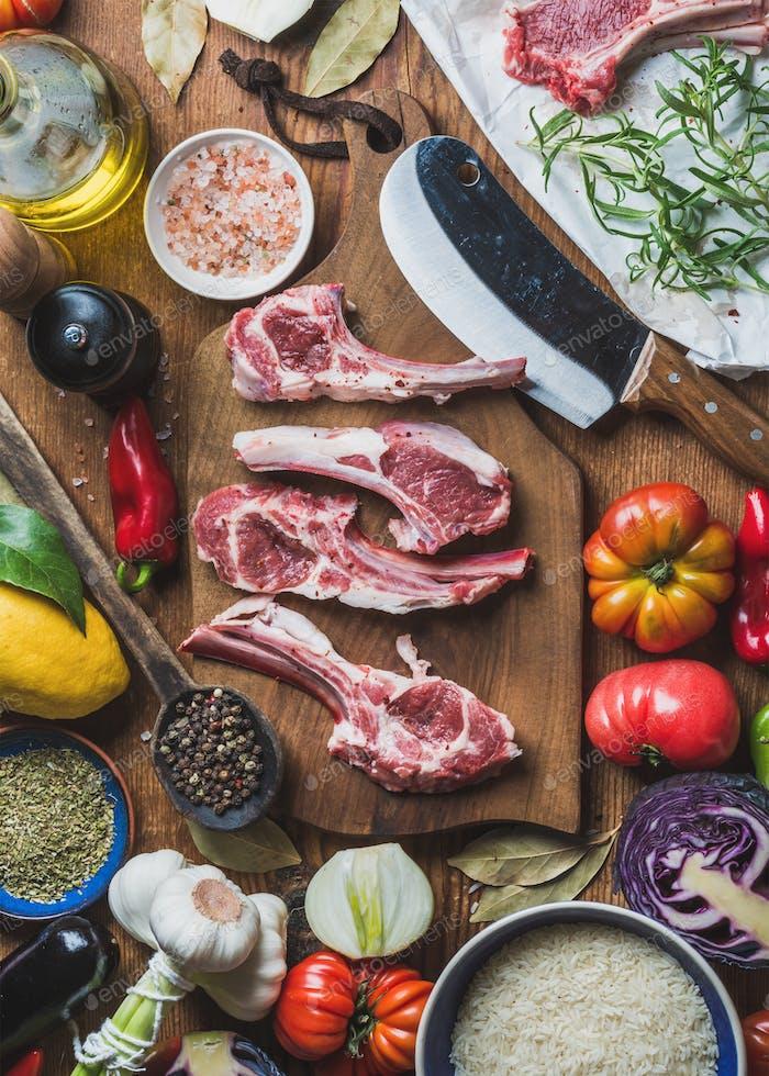 Rohe, ungekochte Lammfleischrippen, Reis, Öl, Gewürze und Gemüse
