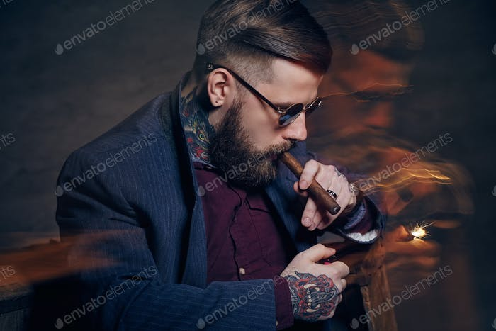 Мужчина в солнцезащитных очках курит сигару.