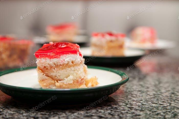 Ein Stück Kuchen mit Erdbeeren