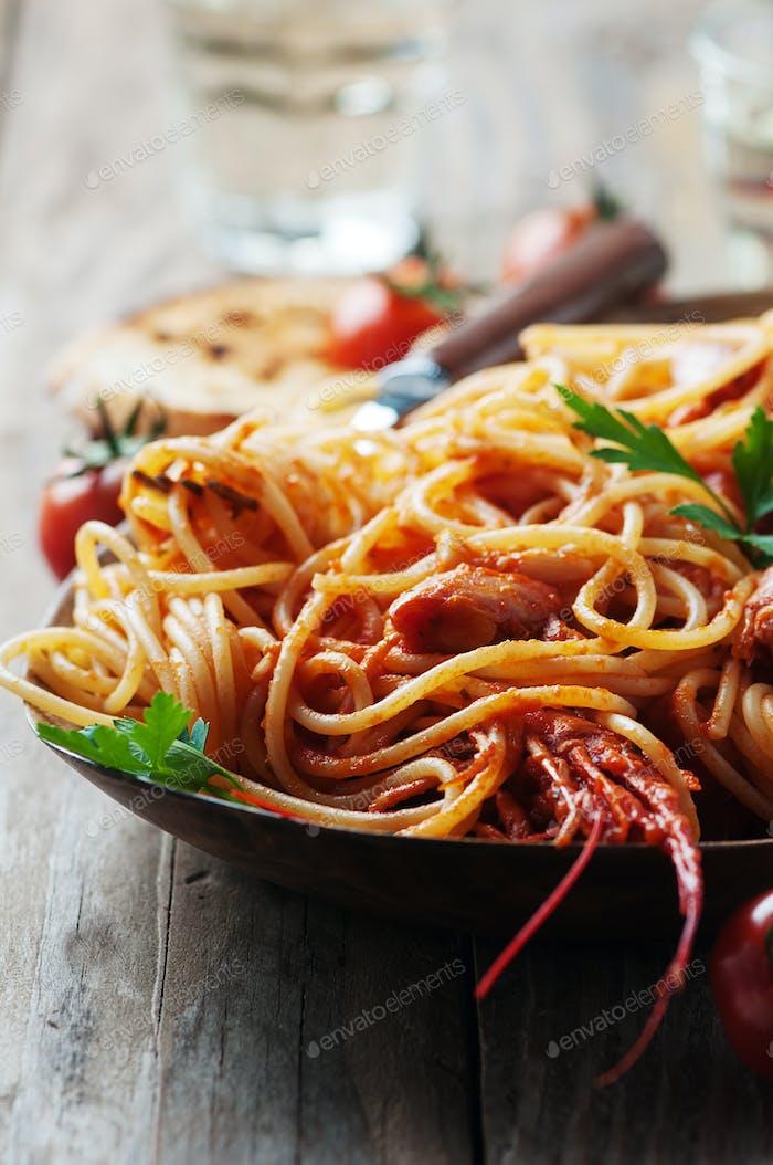 Italienische Spaghetti mit Garnelen und Tomaten