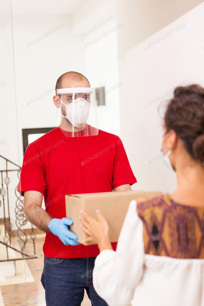 Mensajero con máscara de protección
