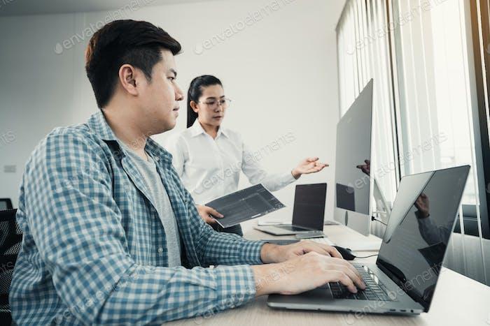 Dos equipos asiáticos de trabajo de desarrollo de programación