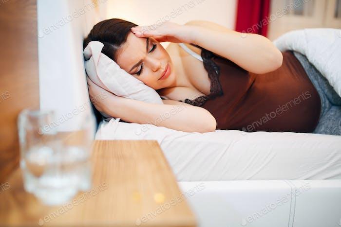Schöne schwangere Frau kämpfen mit Kopfschmerzen