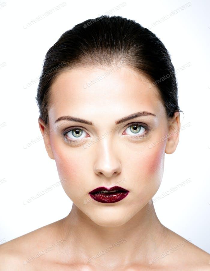 Schönheit Porträt von Frau isoliert auf einem weißen Hintergrund