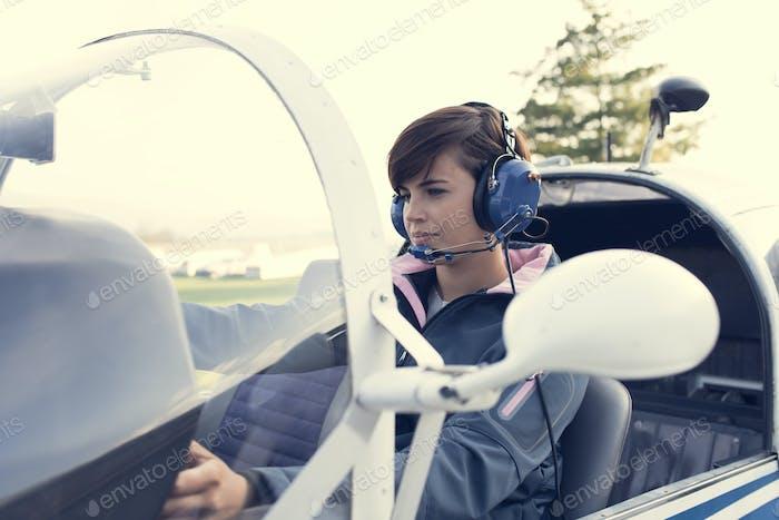 Pilot im Cockpit des Flugzeugs