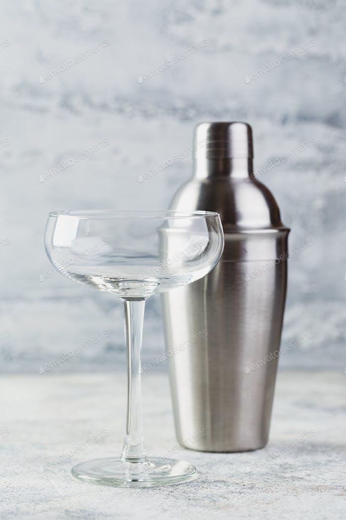 Leerer Champagnerglas und Metallstreuer