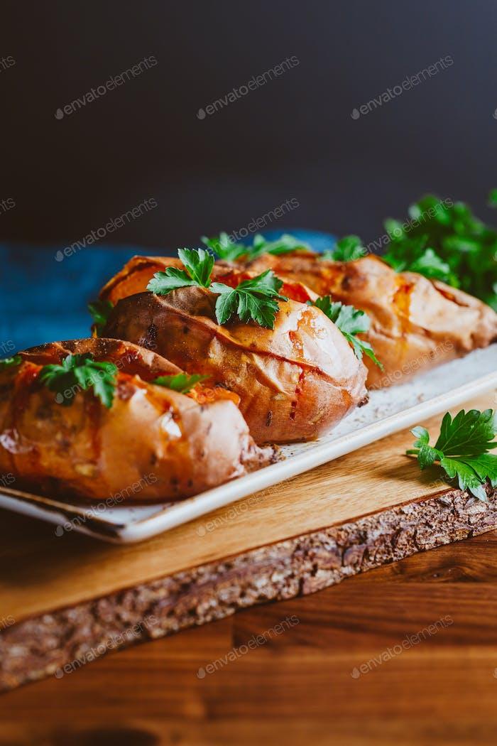 Gebackene drei Süßkartoffeln mit frischer Petersilie