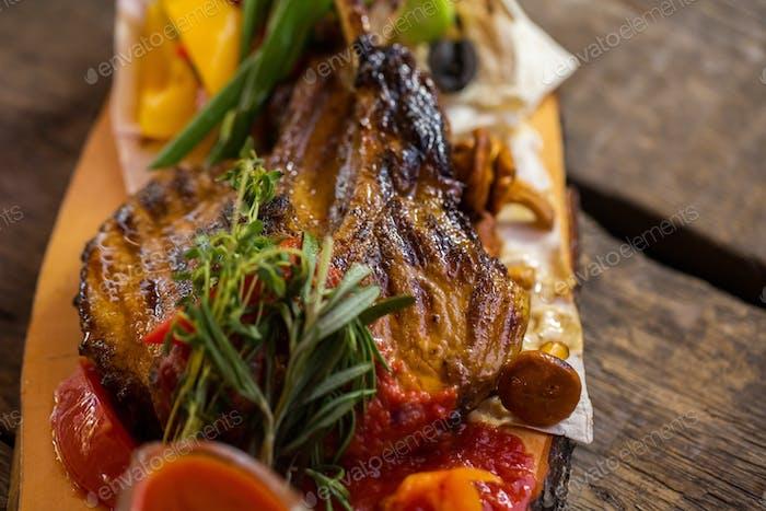 Fleisch mit roter Soße