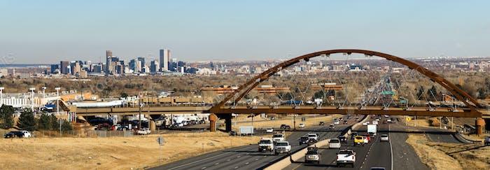 Eine öffentliche Transitbrücke überquert den Highway außerhalb von Denver Colorado