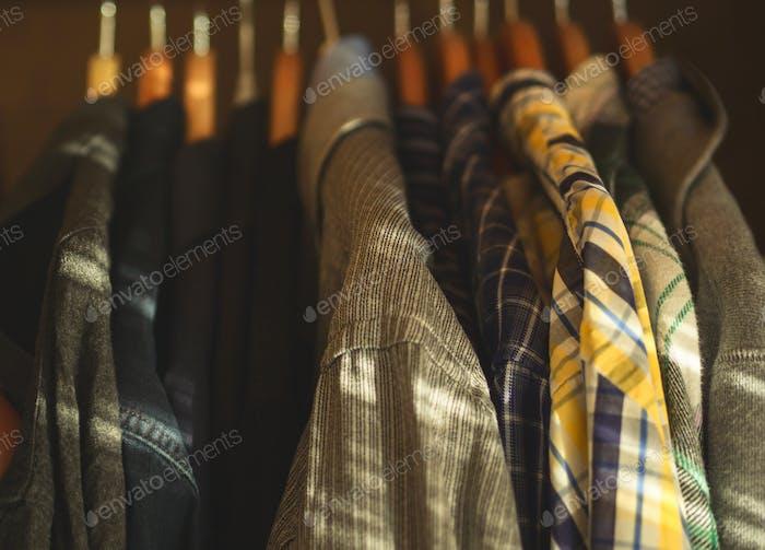 El armario del hombre perchas camisas de primer plano