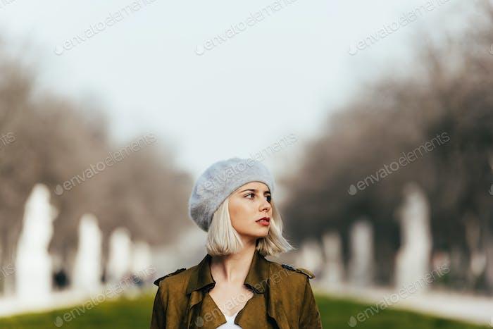 Porträt einer jungen Frau auf der Straße.