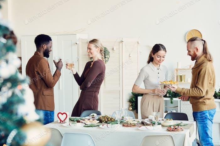 Menschen feiern Weihnachten im Speisesaal